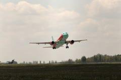 Avgå flygplan för WindRose flygbuss A320-212 Fotografering för Bildbyråer