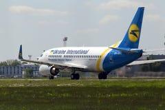 Avgå Ukraine International Airlines Boeing 737-300 flygplan Fotografering för Bildbyråer