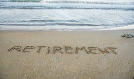 Avgång som är skriftlig på sand vid havet på stranden royaltyfria foton