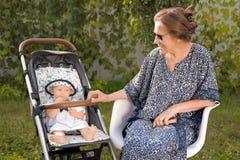 Avgångbakgrund lycklig begreppsfamilj Farmor med sondottern Familjunderhållning royaltyfri fotografi