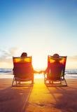 Avgångsemesterbegrepp, mogen kupé som håller ögonen på solnedgången royaltyfri fotografi