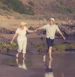 Avgick mogna par för älskvärd pensionär på deras 60-tal eller 70-tal att gå Arkivbild