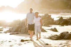 Avgick mogna par för älskvärd pensionär på deras 60-tal eller 70-tal att gå som var lyckligt och som var avkopplat på strandhavsk Fotografering för Bildbyråer