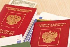 Avgifter, för du reser Saker som ska inte glömmas: pass biljetter Arkivfoton
