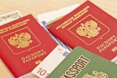 Avgifter, för du reser Saker som ska inte glömmas: pass biljetter Royaltyfri Fotografi