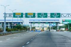 Avgiftport, 115 mil i väg från Yangon, på Yangon-Mandalay den uttryckliga vägen, Myanmar, Feb-2018 Arkivfoton