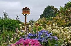 Aviário no jardim colorido da mola imagem de stock royalty free