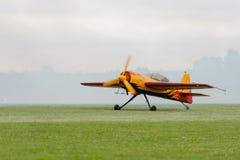 Avião único-engined do esporte Plano de hélice no gramado antes da decolagem Foto de Stock