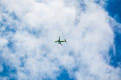 Avião Airbus A320 da empresa S7 no céu foto de stock royalty free