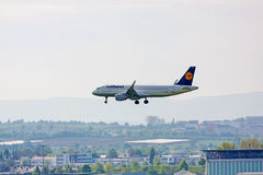 Avião Airbus A320 de Lufthansa durante a aterrissagem Imagem de Stock