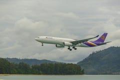 Avião Airbus 330 que aproxima-se Imagem de Stock Royalty Free