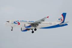 Avião Airbus A320 VQ-BCZ do close-up do ` das linhas aéreas de Ural do ` da linha aérea no céu sombrio Foto de Stock