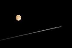 Avião & lua em um céu preto Imagens de Stock Royalty Free