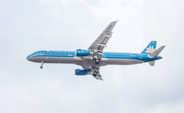 Avião azul no céu Fotografia de Stock