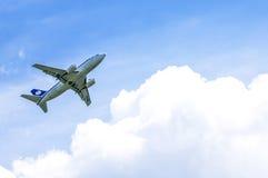 Avião Boeing 737 do passageiro após a decolagem Fotografia de Stock