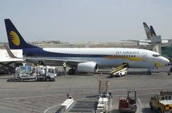 Avião Boeing 737NG (VT-JBK) de Jet Airway no treinamento preflight em Abu Dhabi Airport Imagens de Stock Royalty Free