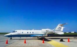 Avião branco e azul Fotos de Stock