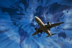 Avião com mapa de mundo fotografia de stock