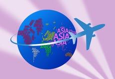 Avião com nomes dos continentes com trajetos de grampeamento fotos de stock royalty free