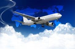 Avião com nuvens e mapa de mundo Fotos de Stock