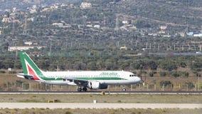 Avião comercial Airbus A-320-216 Alitalia Fotos de Stock Royalty Free
