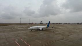Avião comercial Boeing na pista de decolagem no aeroporto video estoque