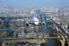 Avião comercial branco em voo Fotografia de Stock