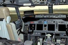 Avião comercial da cabina do piloto O controle do volante do aircr imagem de stock royalty free