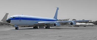 Avião comercial do vintage, plano militar na plataforma do aeroporto Avião aposentado fotos de stock royalty free