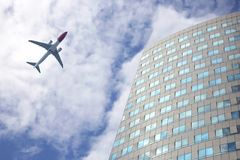Avião comercial do voo na rede no fundo de um grande m fotos de stock royalty free