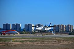 Avião comercial e Easyjet de Air Europa no aeroporto de Alicante imagem de stock
