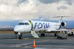 Avião comercial comercial Jet Aircraft no terminal de aeroporto Fotografia de Stock