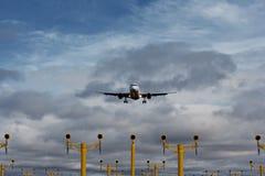 Avião comercial na aproximação final Fotos de Stock