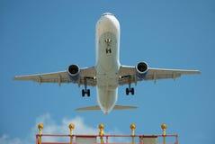 Avião comercial na aproximação final Fotos de Stock Royalty Free