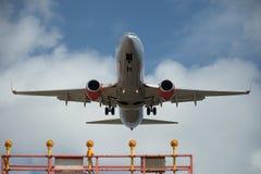 Avião comercial na aproximação final Imagens de Stock Royalty Free