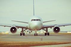 Avião comercial na pista de decolagem Imagem de Stock Royalty Free