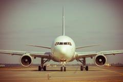 Avião comercial na pista de decolagem Imagens de Stock Royalty Free