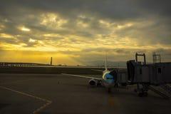 Avião comercial que prepara-se para a partida do terminal de aeroporto ea imagem de stock