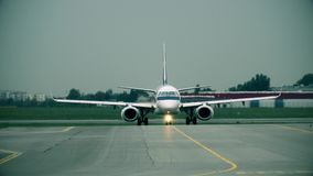 Avião comercial que taxiing no aeroporto internacional, vista dianteira Fotos de Stock