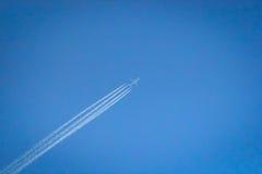 Avião comercial que voa altamente no céu Foto de Stock Royalty Free