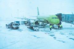 Avião comercial verde bonito em um blizzard foto de stock