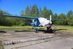 Avião da turboélice com a cabine coberta em lajes de cimento Fotos de Stock Royalty Free