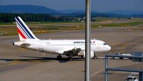 Avião das linhas aéreas de Air France que taxiing à porta vídeos de arquivo