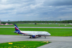 Avião de Airbus A320-214 das linhas aéreas de Aeroflot no aeroporto internacional de Pulkovo em St Petersburg, Rússia Foto de Stock Royalty Free
