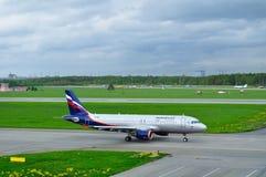 Avião de Airbus A320-214 das linhas aéreas de Aeroflot no aeroporto internacional de Pulkovo em St Petersburg, Rússia Fotos de Stock