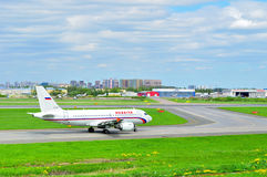 Avião de Airbus A319-111 das linhas aéreas de Rossiya no aeroporto internacional de Pulkovo em St Petersburg, Rússia Fotos de Stock Royalty Free