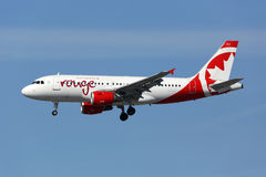 Avião de Airbus A319 do vermelho de Air Canada Fotos de Stock Royalty Free