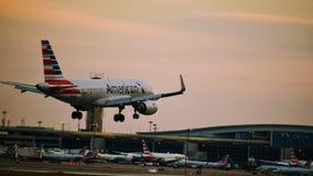 Avião de American Airlines Airbus que entra para uma aterrissagem imagens de stock royalty free