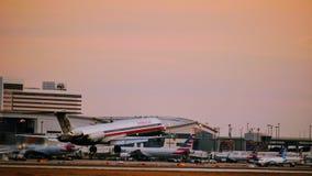 Avião de American Airlines McDonnell Douglas que entra para uma aterrissagem imagens de stock