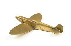 Avião de bronze do brinquedo dos anos 40 do vintage no fundo branco fotos de stock